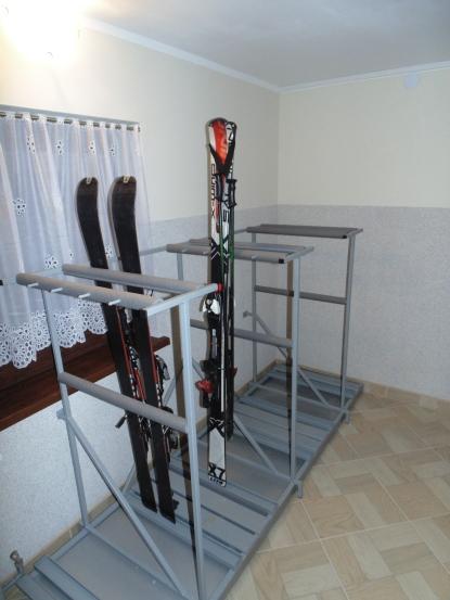 Stojak na narty i deski snowboardowe z odprowadzeniem wody